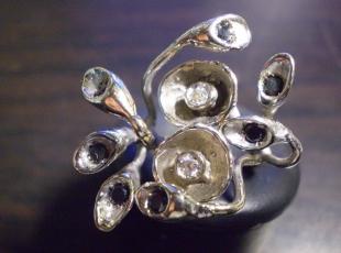 anello-in-oro-bianco-diamanti-neri-e-bianchi.jpg